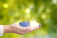 Alternatieve energieconcept met windturbines, zonnepanelen en Stock Afbeeldingen