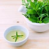 Alternatieve Geneeskrachtige kruiden voor kruidengeneeskunde voor gezond recept met mortier Stock Afbeelding