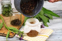 Alternatieve geneeskunde, filtrerende smeerwortelzalf stock afbeelding