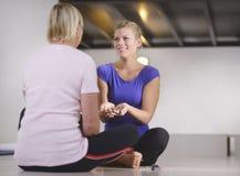 Alternatieve geneeskunde, jonge therapeut met pati stock foto