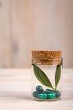 Alternatieve geneeskunde met in het portretmening van de glascontainer Royalty-vrije Stock Fotografie