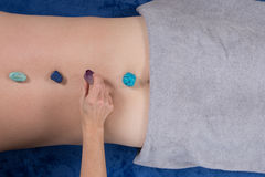 Alternatieve geneeskunde, therapeut die halfedelstenen voor lithotherapy gebruiken royalty-vrije stock foto's