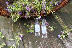 Alternatieve geneeskunde Thyme en medische ampullen Essentiële Oliën Stock Afbeeldingen