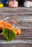 Alternatieve geneeskundepillen in glascontainer Stock Afbeelding