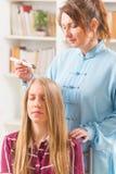 Alternatieve geneeskundetherapeut die moxabehandeling doen Royalty-vrije Stock Foto