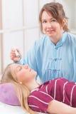 Alternatieve geneeskundetherapeut die moxabehandeling doen stock fotografie