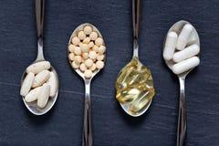 Alternatieve gezonde supplementen op theelepeltjes royalty-vrije stock foto