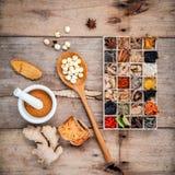 Alternatieve gezondheidszorg droge diverse Chinese kruiden in houten BO Royalty-vrije Stock Afbeelding