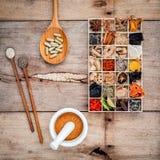 Alternatieve gezondheidszorg droge diverse Chinese kruiden in houten BO Stock Foto