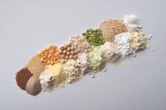 Alternatieve gluten-vrije bloem, korrels en peulvruchten - teff, amarant, graan, kekers, sorghum, groene erwten, quinoa, rijst, c Stock Afbeeldingen