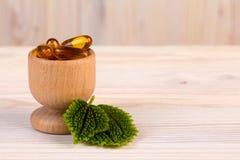 Alternatieve homeopathische geneeskunde in houten container Royalty-vrije Stock Foto