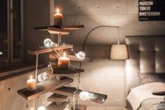 Alternatieve houten Kerstmisboom Een met de hand gemaakte Kerstboom en een gloeilamp op de vloer in de ruimte royalty-vrije stock fotografie