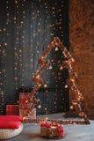 Alternatieve houten Kerstmisboom Een met de hand gemaakte Nieuwjaarboom met royalty-vrije stock afbeelding