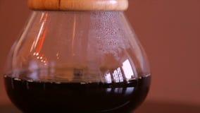 Alternatieve koffie-makende methodes Gebrouwen koffie in een glasfles stock video