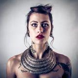 Alternatieve vrouw met tatoegeringen royalty-vrije stock afbeeldingen