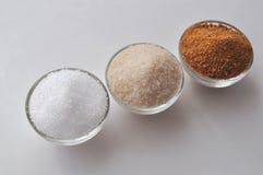 Alternatieve zoetmiddelen en suikersubstituten - de suiker van de kokosnotenknop, xylitol, rietsuiker, ahornstroop Royalty-vrije Stock Afbeeldingen