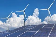 Alternativ energi för solpaneler och för vindturbiner Arkivfoto