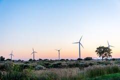 Alternativ energi på solnedgången i Fehmarn - Tyskland Royaltyfri Foto