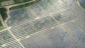 Alternativ energi, sikt av solpaneler i fält från höjd arkivfilmer