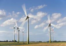 Alternativ makt med väderkvarnen för förnybar elektricitet Fotografering för Bildbyråer