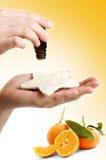 Alternativ medicin: orange extrakt royaltyfria bilder