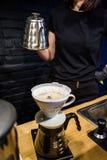Alternativ metod för förberedelseprocess av kaffe i kafé Häll över V60, tratt och serveren Barista Ny drink med koffein arkivbilder