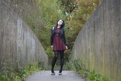 Alternativ modell som stås på en bro fotografering för bildbyråer