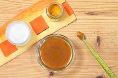 Alternativ naturlig tandkräm från curcuma arkivfoton
