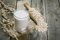 Alternativa do leite da aveia no fundo de madeira rústico foto de stock