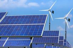 Alternative Energie der Solarenergieplatten und -Windkraftanlagen Stockfoto