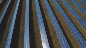 Alternative Energie der Station von den Sonnenkollektoren Geschossen auf Brummen stock footage