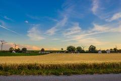 Alternative Energie Die Energie der Zukunft Windgeneratoren im Dorf lizenzfreie stockfotos