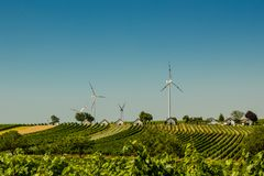 Alternative Energie Die Energie der Zukunft Windgeneratoren im Dorf Traubenplantagen lizenzfreie stockfotografie