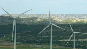 Alternative Energiegewinnung, Erhaltung der Natur Windkraftanlagen, grüne Hügel stock video footage