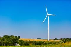 Alternative Energiequelle Windkraftanlage aufgestellt auf Stadtränden stockbilder