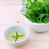 Alternative medizinische Kräuter für Kräutermedizin für gesundes Rezept mit Mörser Stockbild