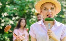 Alternative Nahrung für Vegetarier Auserlesenes Fleisch oder Gemüse Sie bevorzugt Gemüse Vegetarischer Lebensstil ist sie lizenzfreie stockbilder
