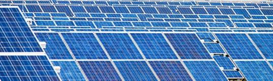 Alternative Sonnenenergie. Sonnenenergieleistung Lizenzfreie Stockfotos