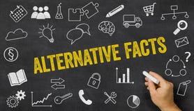 Alternative Tatsachen geschrieben auf eine Tafel Stockfoto