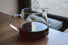 Alternative Weise der Vorbereitung des Kaffees Das beleben Morgenalkoholische getränk im Server Hand gezeichnete Abbildung stockfotografie