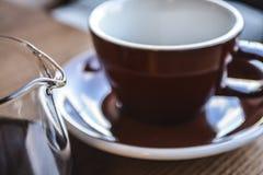 Alternative Weise der Vorbereitung des Kaffees Das beleben Morgenalkoholische getränk im Server und in einer Schale Frische Kaffe stockfotos