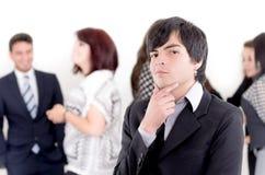 Alternativer Geschäftsmann vor einer Gruppe lizenzfreies stockbild