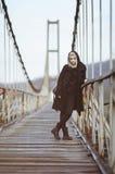 Alternatives Mädchen in der schwarzen Kleidung auf alter Brücke Stockfoto