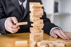 Alternatives Risikokonzept, -plan und -strategie im Gesch?ft, Risiko, zum des Gesch?fts-Wachstums-Konzeptes mit Holzkl?tzen, Bild stockfotos