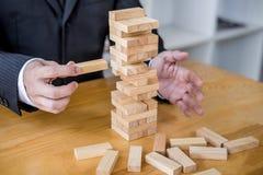 Alternatives Risikokonzept, -plan und -strategie im Gesch?ft, Risiko, zum des Gesch?fts-Wachstums-Konzeptes mit Holzkl?tzen, Bild lizenzfreie stockfotos