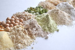 Alternativglutenfreies Mehl, Körner und Hülsenfrüchte - teff, Amarant, Mais, Kichererbsen, Sorghum, grüne Erbsen, Quinoa, Reis, c lizenzfreie stockbilder