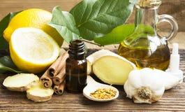 Alternativmedizin mit Knoblauch, Ingwer und Zitronenöl Stockbild