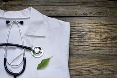 Alternativmedizinstethoskop und grüner Symbolhintergrund Lizenzfreie Stockbilder