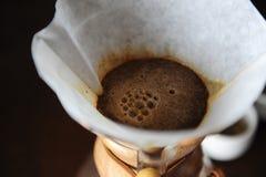 Alternativt brygga av kaffe i en pappers- filtercloseup Royaltyfri Foto
