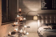 Alternatywna drewniana choinka Handmade żarówka na podłoga w pokoju i choinka obraz stock